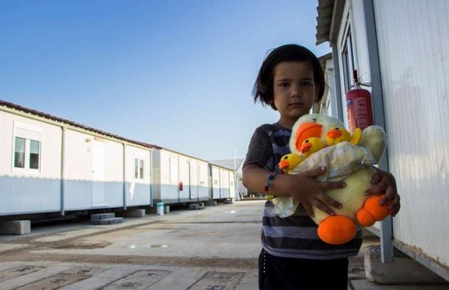 Niña afgana en un albergue para refugiados de Atenas