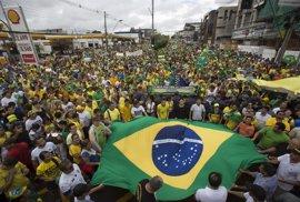 """Manifestantes muestran su apoyo a Rousseff frente a las amenazas """"golpistas"""""""