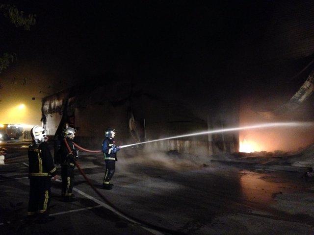 Bomberos en las labores de extinción del incendio en la gran superficie