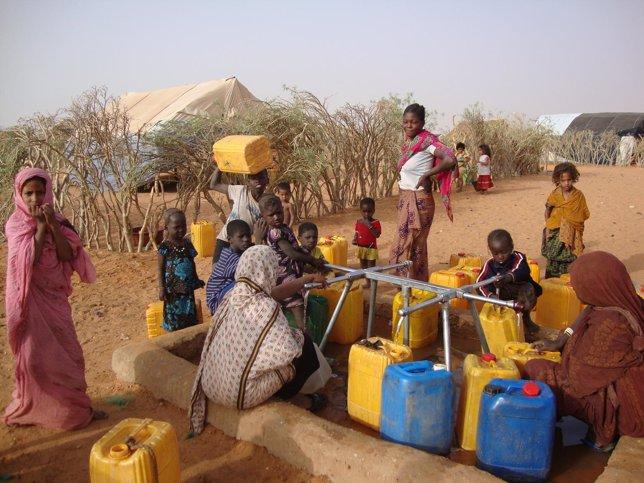 Un grupo carga bidones con agua en Mauritania