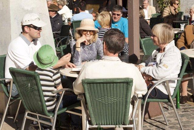 Tursitas extranjeros en una terraza de Cartagena