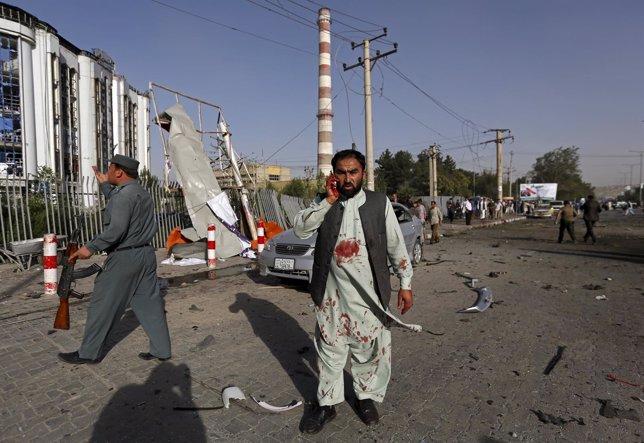 Un afgano habla por el móvil tras la explosión de un coche bomba en Kabul