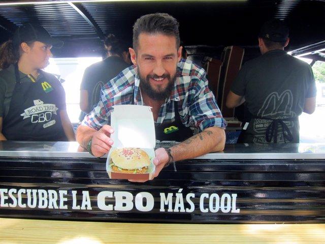 El chef vallisoletano Javier García Peña muestra su hamburguesa para McDonald's