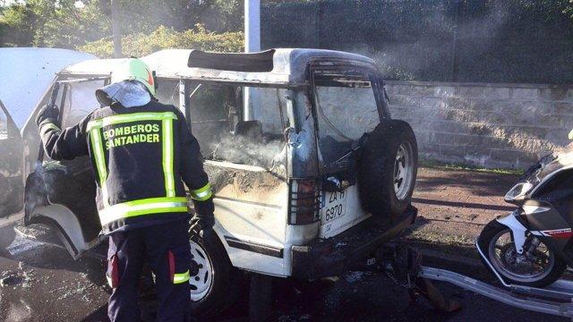 Bomberos sofocan un fuego en un vehículo en Santander