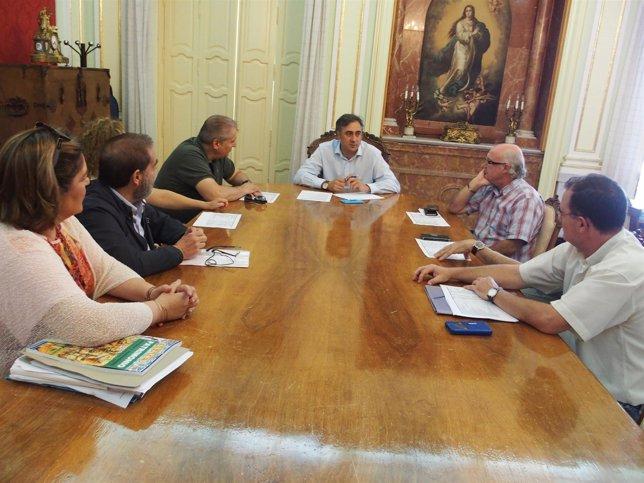 Np Y Foto Reunión Alcalde Cuenca Abstracta