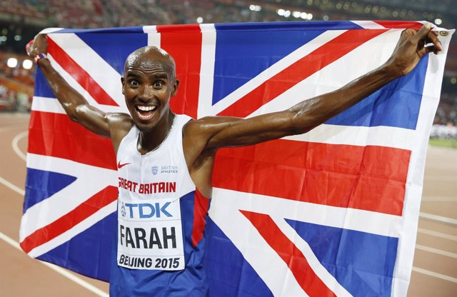 Mo Farah celebra su título mundial de 10.000 en Pekín