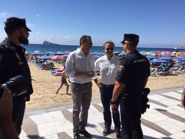 Moragues con policías en Benidorm