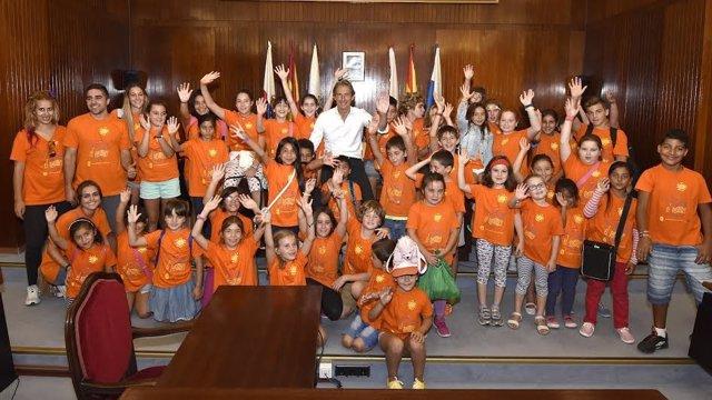 El alcalde de Santander, Íñigo de la Serna, con los participantes del 'Veranuco'