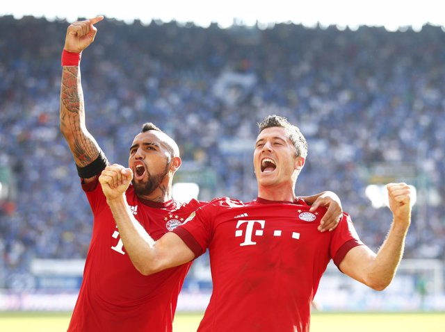 Douglas Costa y Lewandowski rescatan al Bayern de Múnich