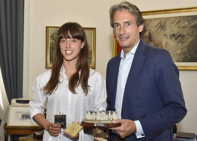 La deportista Isabel Costa y el alcalde de Santander, Íñigo de la Serna