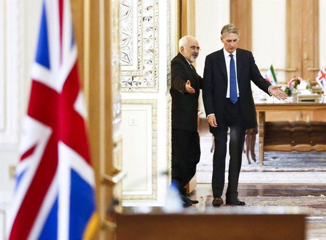 Los ministros de Asuntos Exteriores Javad Zarif y Philip Hammond