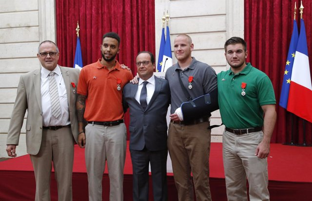 El presidente francés, François Hollande, condecora a los héroes del tren