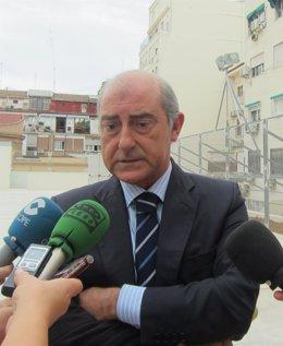 Alfonso Novo atendiendo a los medios de comunicación
