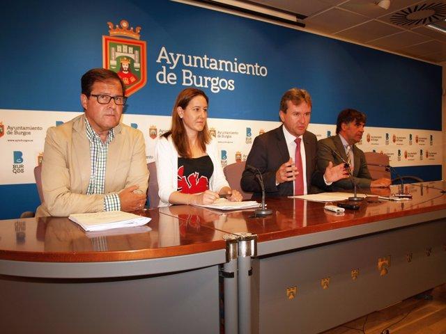 Rueda de prensa del alcalde de Burgos, Javier Lacalle, con miembros de su equipo
