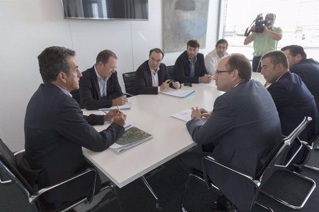 El consejero de Innovacion e Industria con miembros de la Asociación Eólica