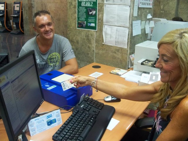 Funcionaria de la oficina del Paseo Teruel tramitando el nuevo DNI