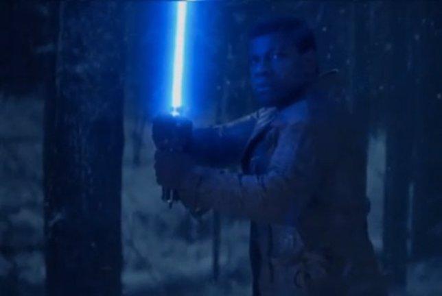 John Boyega empuña el sable láser de Luke Skywalker