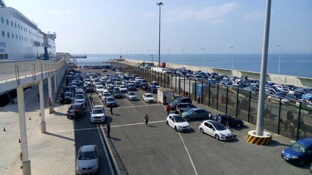 Colas de vehículos a la espera de embarcar hacia el norte de Argelia