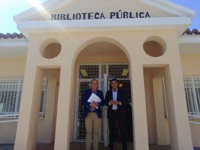 Los representantes municipales de PP y Ciudadanos en la biblioteca.