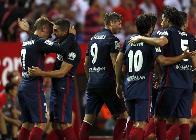 Koke celebra con Antoine Griezmann su gol contra el Sevilla