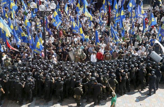 Manifestantes nacionalistas frente al Parlamento de Ucrania