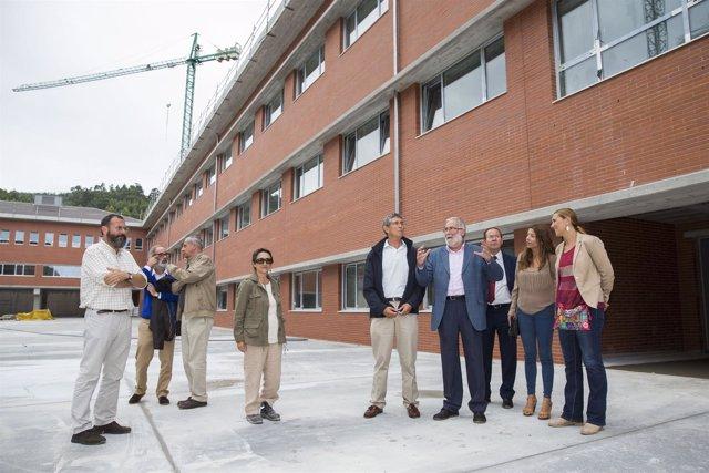 Ruiz visita el instituto de Castro urdiales