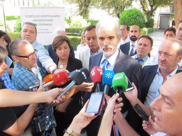 El consejero de Salud, Aquilino Alonso, atendiendo a los medios en Granada.