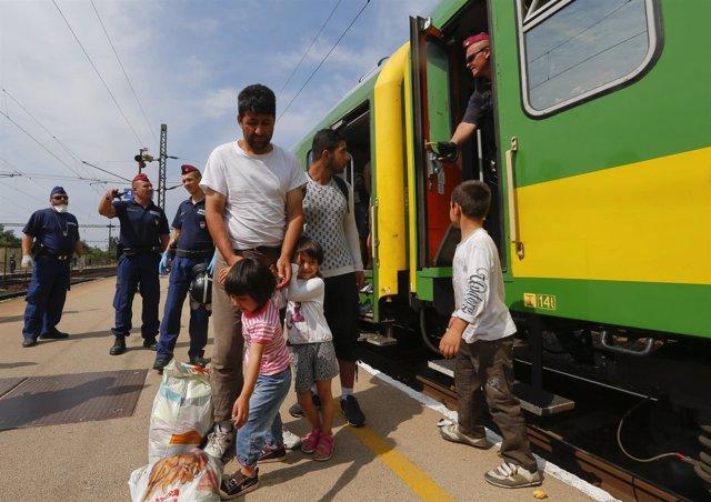 Refugiados en la estación de tren de Bicske tras ser desalojados de un tren