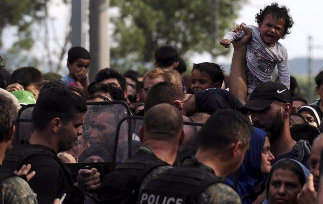 Un bebé llora en la frontera de Macedonia con Grecia