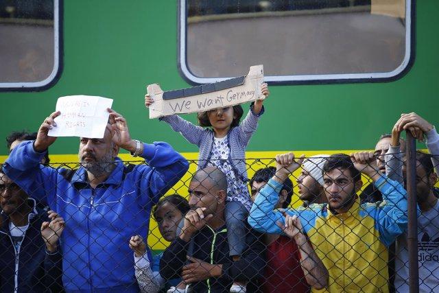 Refugiados atrapados en la estación de Bicske (Hungría)