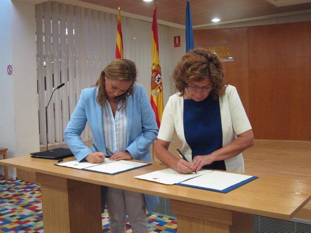 Mayte Pérez y María Victoria Broto, en la firma del protocolo este viernes