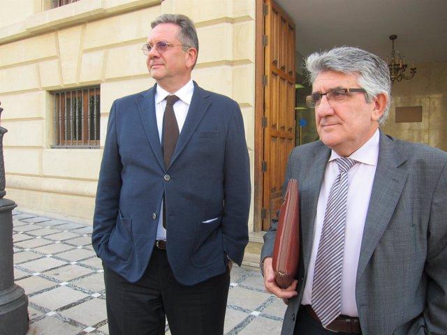 Sean Hepburn Ferrer y su abogado a la puerta del Juzgado