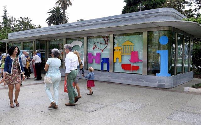 Nueva imagen de la oficina de turismo del Paseo Pereda