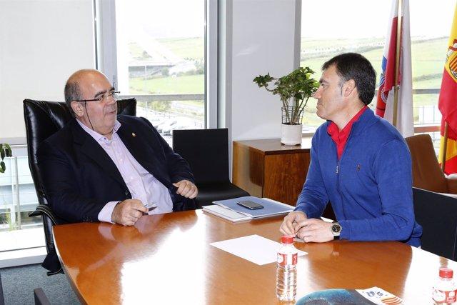 El consejero con el alcalde de Ruesga