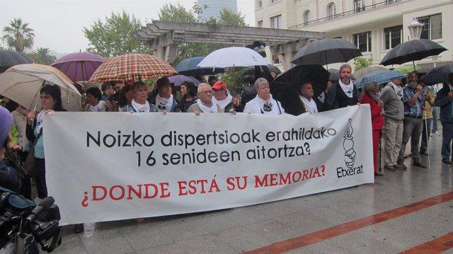 Concentración de las familias de las 16 víctimas provocadas por la dispersión