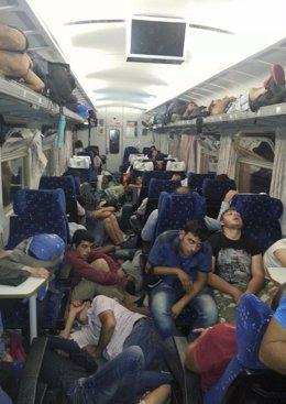 Inmigrantes refugiados en la estación de tren de Hungría