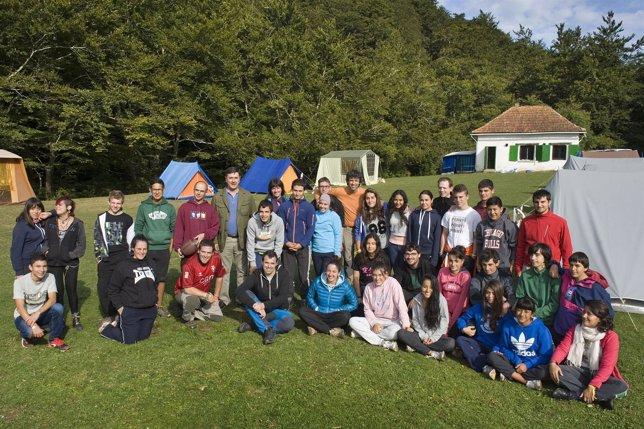 Rubén Goñi visita un campamento de verano.