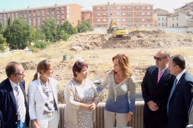 El rector, el consejero y la presidenta de las Cortes visitan el solar