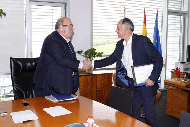 Oria con el alcalde de Soba