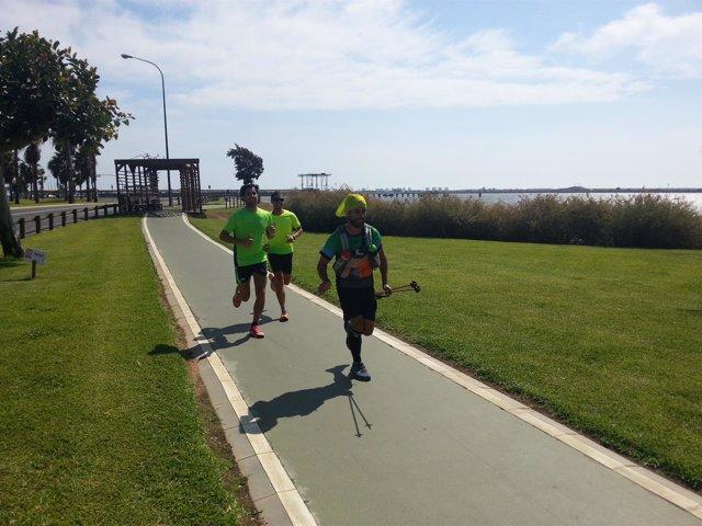 Llega a Huelva el deportista malagueño que hace el reto 'Al-Andarun'.
