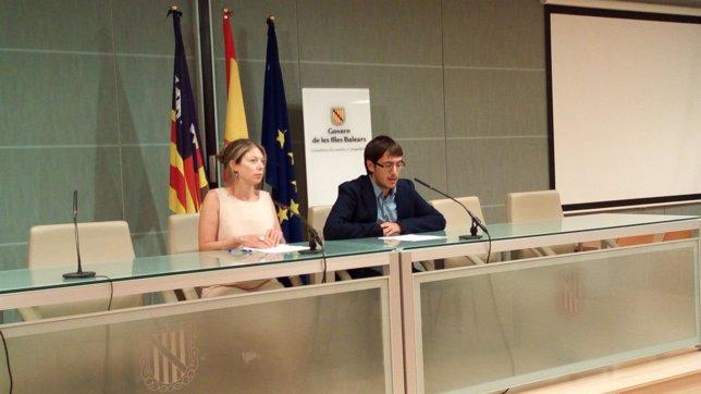 El conseller de trabajo y comercio, Iago Negueruela, y la directora de comercio