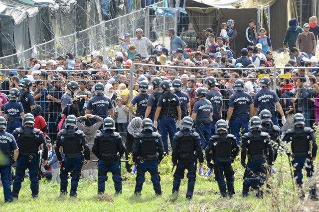 Despliegue policial en el campamento de refugiados de Roszke (Hungría)
