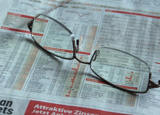 Periódico y gafas encima