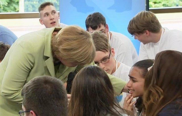 Reem, una niña palestina, llora delante de la canciller Angela Merkel