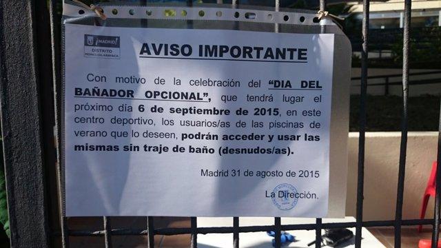 Cartel anunciando el Día con Bañador Opcional en la piscina de Casa de Campo