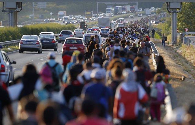 Refugiados caminando en Hungría hacia la frontera con Austria