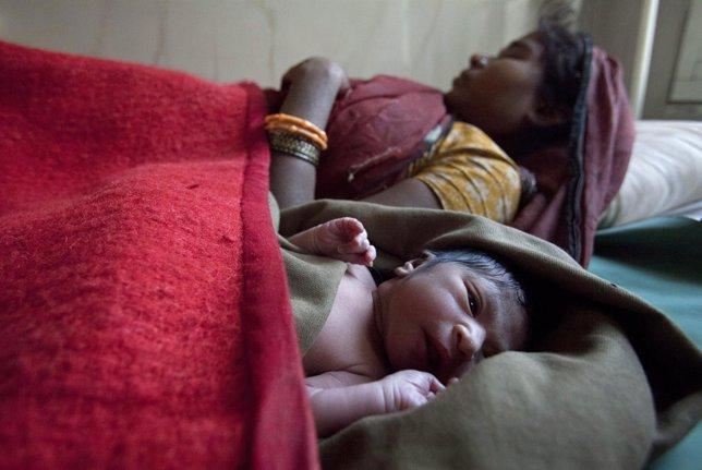 Una mujer y su hijo recién nacido en el hospital