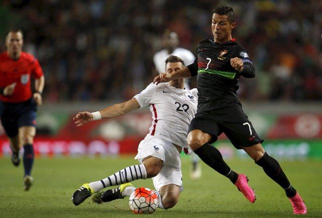 Morgan Schneiderlin pelea con Cristiano Ronaldo en un amistoso Portugal-Francia