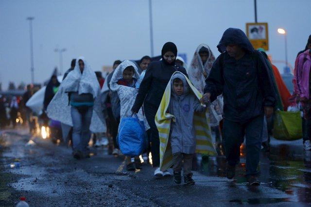 Refugiados llegan a la frotnera austriaca procedentes de Hungría