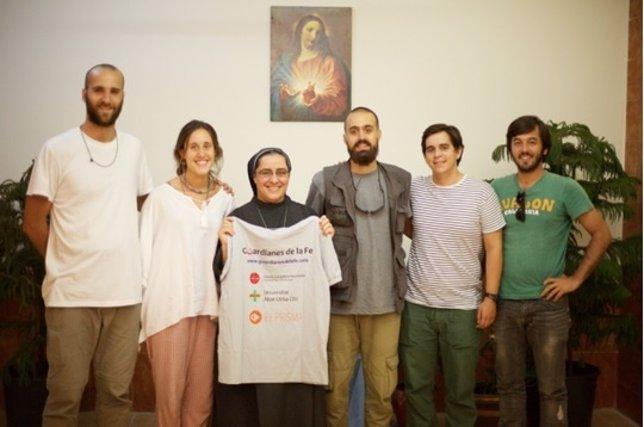 El grupo de Guardianes de la Fe posa con una religiosa de Irak
